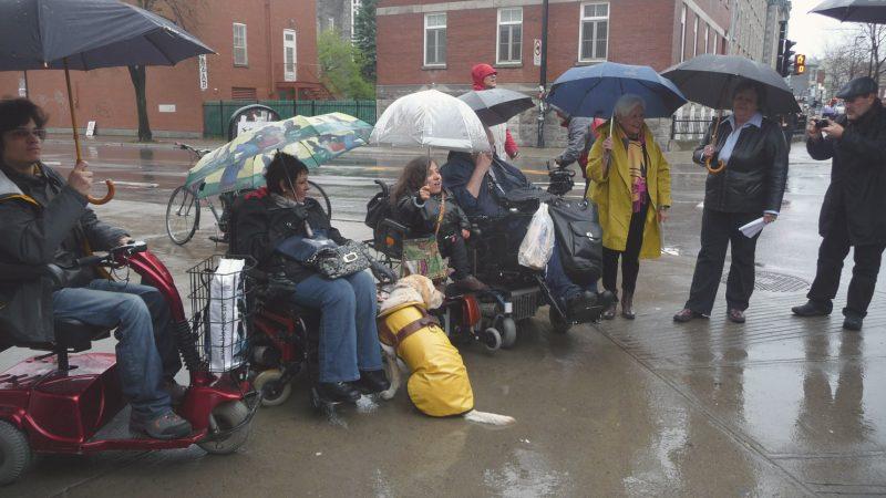 Conférence de presse sous la pluie pour des terrasses accessibles.
